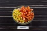 Шаг 4. Добавить в салатник кукурузу и помидор. Все тщательно перемешать.