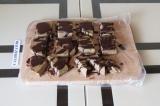 Шаг 11. Разрезать торт на пирожные и полить тертым какао.