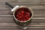 Шаг 1. Замороженные ягоды выложить в сотейник, добавить немного воды. Довести