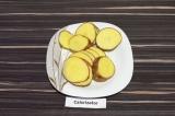Шаг 1. Картофель хорошо промыть и вместе с кожурой нарезать ломтиками по пол см.