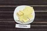 Шаг 3. Сыр нарезать тонкими пластинами по количеству картофельных ломтиков.