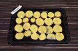 Шаг 5. Ломтики картофеля выложить на противень в один слой, присыпать перцем