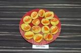 Шаг 6. Готовые ломтики картофеля переложить на тарелку, выложить помидор.