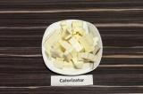 Шаг 3. Адыгейский сыр нарезать крупными кубиками.
