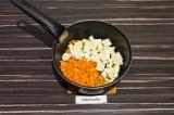 Шаг 6. Пассеровать морковь и сыр в масле со специями в течение 5 минут.