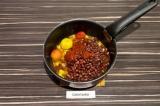 Шаг 7. Добавить фасоль, томатную пасту и помидоры. Тушить 20 минут. Затем шкурки