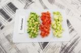 Шаг 1. Яблоко, авокадо и помидоры нарезать кубиками.