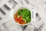 Шаг 4. Смешать измельченные помидоры, авокадо, салат, мяту и яблоко.