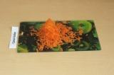 Шаг 2. Натереть морковь на средней терке.