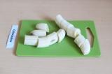 Шаг 4. Бананы нарезать и отправить в блендер к кунжутной массе.