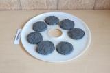 Шаг 5. На листе сушилки сформировать печенье. Отправить в сушилку на 12-15 часов
