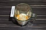 Шаг 3. В чашу блендера влить соевое молоко, добавить банан, мандарин и кунжут.