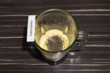 Шаг 4. Добавить семена чиа, перемешать массу ложкой и дать настояться 10-15 мин.