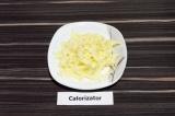 Шаг 2. Твердый сыр натереть на крупной терке.