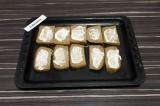 Шаг 4. Каждый ломтик хлеба смазать небольшим количеством сметаны.
