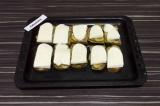 Шаг 6. На огурцы выложить адыгейский сыр.
