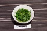Шаг 4. Зелень мелко нашинковать, присыпать солью и слегка подавить вилкой.