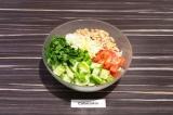 Шаг 5. Все ингредиенты добавить салатник, перемешать и заправить небольшим колич