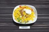 Шаг 5. Все ингредиенты выложить в салатник, заправить майонезом и подсолить.
