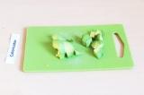 Шаг 1. Почистить и нарезать авокадо.