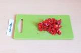 Шаг 4. Нарезать мелкими кусочками перец.
