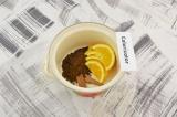 Шаг 3. В кастрюлю выложить кофе, апельсины и корицу.