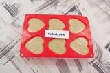 Шаг 4. Полученное тесто разлить по силиконовым формам для кексов. Выпекать