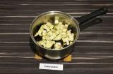 Шаг 4. Добавить к специям баклажан, перемешать, добавить половину объема воды