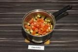 Шаг 5. Добавить в сотейник помидоры, тушить еще 5 минут.