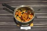 Шаг 6. Добавить томатную пасту и чили, досолить по вкусу, все перемешать.