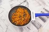 Шаг 1. Морковь натереть на крупной терке, лук мелко нашинковать. Подготовленные