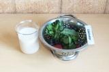 Шаг 5. Взбить маковое молочко с ягодой и мятой.