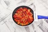 Шаг 2. К ним добавить нарезанные кубиками помидоры, вяленые томаты и базилик.