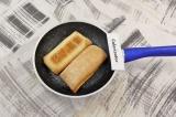 Шаг 1. Чиабатту разрезать на две половины, подсушить на раскаленной сковороде