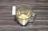 Шаг 3. Бананы и половину молока с цикорием взбить в блендере в течение минуты.