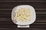 Шаг 2. Адыгейский сыр нарезать крупными кубиками.