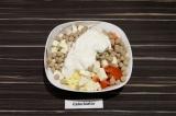 Шаг 5. В глубоком салатнике смешать все ингредиенты, заправить сметаной и дать