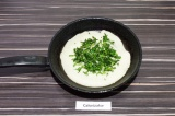 Шаг 4. Вылить блинчик на сухую раскаленную сковородку, сверху присыпать зеленью.