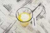 Шаг 3. В чашу блендера выложить подготовленные бананы, апельсиновый сок и йогур