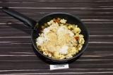 Шаг 9. Добавить готовый рис к овощам, влить соевый соус, все перемешать и тушить