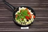 Шаг 8. Выложить в сковороду все овощи, обжарить пару минут, затем добавить воду