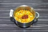 Шаг 8. За пару минут до готовности добавить томатную пасту и все перемешать.