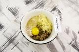 Шаг 4. В овощное пюре добавить сыр, яйцо и отруби, вымесить.