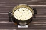 Шаг 2. Отварить капусту в подсоленной воде до готовности, воду слить.