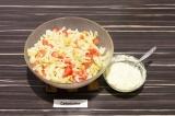 Шаг 8. В глубоком салатнике смешать все ингредиенты. Заправку добавить в тарелки