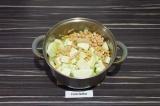 Шаг 9. Добавить к овощам кабачок и вареный нут, тушить еще 5 минут.