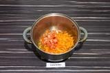 Шаг 7. Выложить помидор и морковь, пассеровать 3-5 минут.