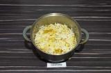 Шаг 8. Добавить капусту, картофель и немного воды. Тушить 5 минут.