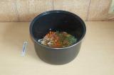 Шаг 4. Смешать овощи и приправы в чаше мультиварки.