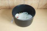 Шаг 5. Промыть рис и выложить поверх овощей.